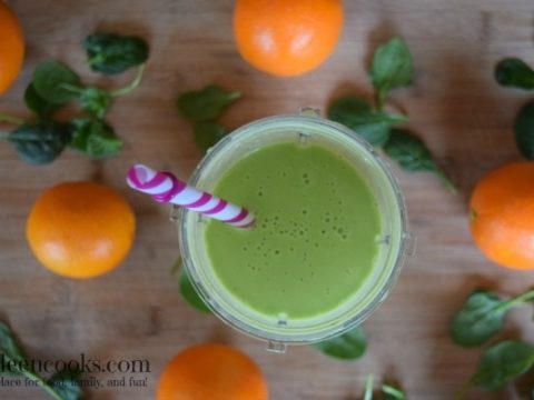 Creamy Orange Smoothie with fresh oranges, baby spinach, and banana all made in the Nutri Ninja® Nutri Bowl™ Duo™. Recipe from aileencooks.com. Green smoothie recipe. Healhty smoothie recipe. Orange Juilius copycat recipe. #ad