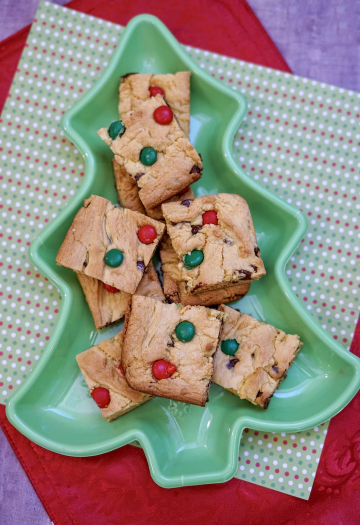 Christmas cookie bars in a green dish.